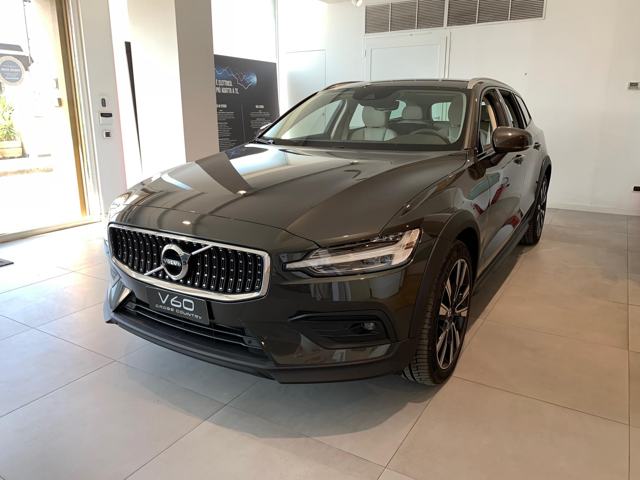 Foto Volvo V60 Cross Country  D4 AWD AUTOMATICO *319,80 € AL MESE*